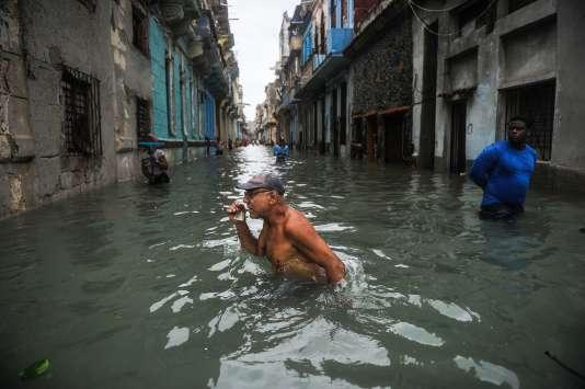 Dans les rues inondées de La Havane, à Cuba, après le passage de l'ouragan Irma, le 10 septembre.