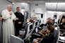 Le pape François, dans son avion pour Rome, le 11 septembre.