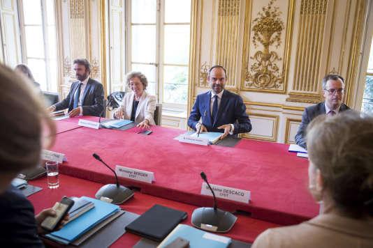 Le 31 août, Muriel Pénicaud, ministre du travail, et Edouard Philippe, premier ministre, participent à une réunion à l'Hôtel de Matigon au cours de laquelle le gouvernement présente le contenu des ordonnances sur la réforme du droit du travail aux organisations syndicales.