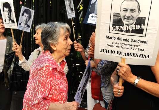 Beatriz Cantarini de Abriata, mère de Hernan Abriata, devant l'ambassade de France à Buenos Aires, le 9 avril 2014. DANIEL GARCIA/AFP