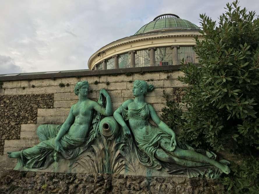 Le groupe sculpté est une copie en bronze de la fin du XIXe siècle d'une sculpture de pierre.