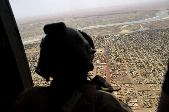 Un hélicoptère français survolant Gao, au Mali, le 19mai 2017.