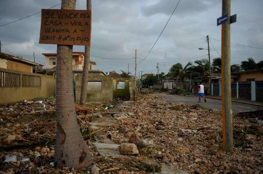 Un quartier de La Havane, où l'eau a pénétré sur plus de 500 mètres à l'intérieur des terres, et s'est retirée en laissant un paysage dévasté.