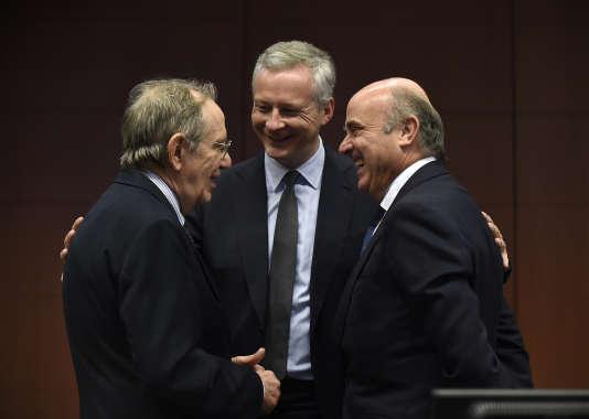 Le ministre des finances français, Bruno Le Maire, avec son hologue Italien Pier Carlo Padoan (à gauche) et l'Espagnol Luis de Guindos, le 10 juillet à Bruxelles.