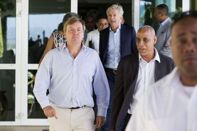 Le roi Willem-Alexander (à gauche) visite le département de météorologie à Willemstad (Curaçao), dimanche 10 septembre.