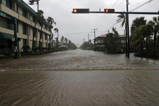Des rues envahies par l'eau à Naples, en Floride.