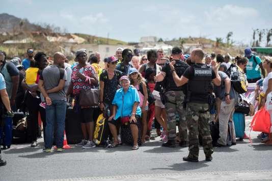 Des habitants de Saint-Martin attendant à l'aéroport deGrand-Case Esperance pour quitter l'île.