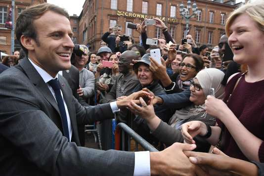 Le président Emmanuel Macron lors d'un bain de foule sur la place du Capitole à Toulouse, le 11 septembre.