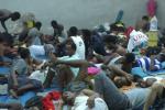 Les migrants détenus dans ce centre de rétention de Tripoli dorment à même le sol, faute de lits.