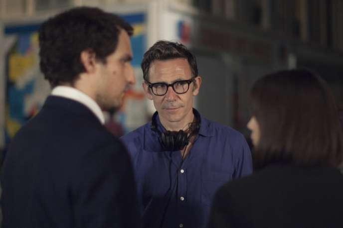Le réalisateur Michel Hazanavicius sur le tournage de son film«Le Redoutable» avecLouis Garrel et Stacy Martin (de dos).