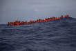 Des migrants originaires d'Afrique subsaharienne attendent d'être secourus, au nord deSabratha (Libye), le 25 juillet.