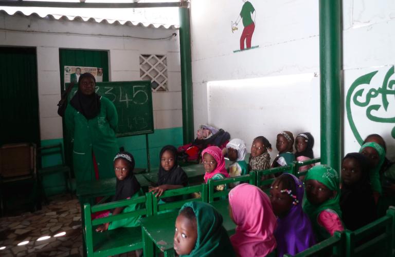 Ecole coranique de l'ONG Jamra, située à Dakar. Cette école a intégré la langue française en parallèle à l'enseignement islamique. Les classes sont divisées selon les niveaux et par genre.