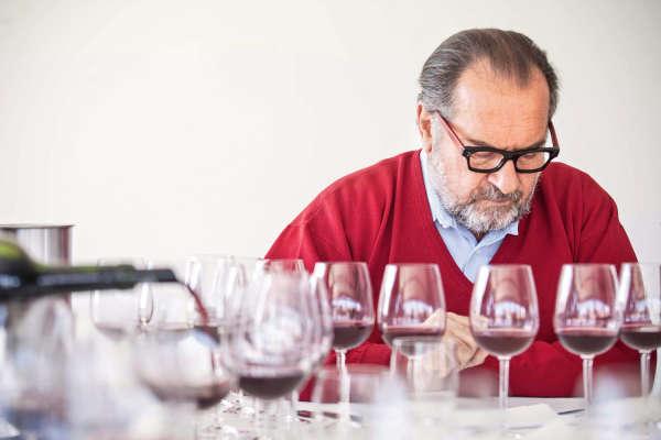 A bientôt70 ans, Michel Rollanda autant d'admirateurs que de contempteurs. Il est ici enen session d'assemblage du Mariflor, son vin argentin.