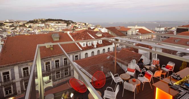 Depuis le toit du 9 Hôtel Mercy Lisbon,la vue sur le château Saint-Georges et la mer de Paille est imprenable.