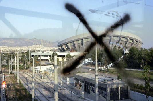 Le stade de volley-ball des JO d'Athènes, un an après les JO en 2005. Beaucoup d'installation des JO 2004 ont très peuservi ensuite.