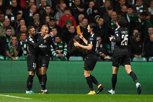 Kylian Mbappé félicité par ses coéquipiers parisiens, le 12 septembre 2017, à Glasgow.