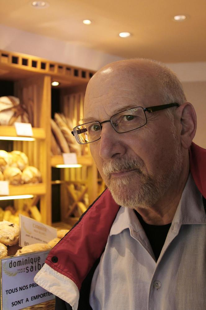 L'historien américain Steven L. Kaplan dans une boulangerie parisienne.