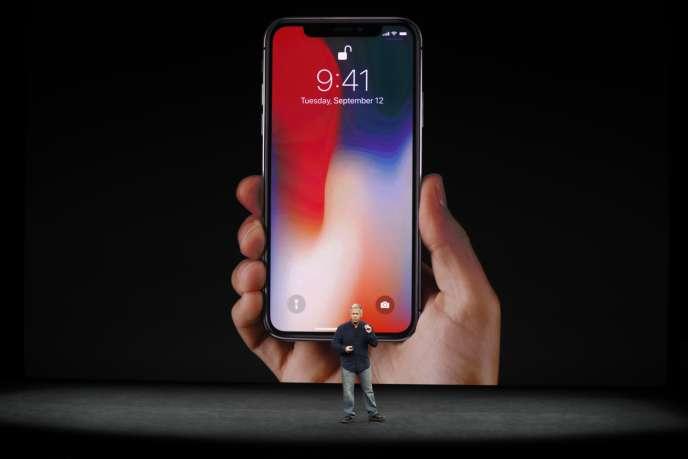 Phil Schiller, vice-président d'Apple, lors de la présentation de l'iPhone X.