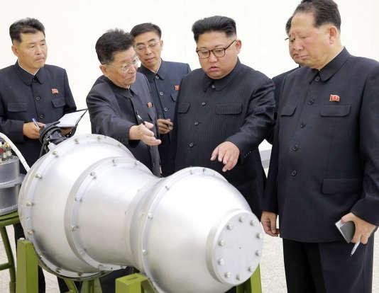 Le dirigeant nord-coréen Kim Jong-un inspecte un missile, le lundi 4 septembre.