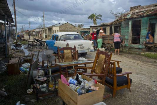 Des affaires sèchent dans les rues deIsabela de Sagua, sur la côte nord de Cuba, le 11 septembre.