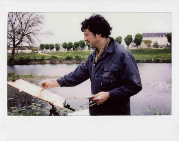 « Guillaume Friocourt est peintre, Denis Bourges, photographe, et c'est en équipage qu'ils se sont embarqués dans l'aventure, de Decize à Trézelles (Allier), aux portes de la Bourgogne. Au hasard du chemin, les deux marcheurs se sont fixé un sujet d'étude : interroger la beauté (…) Comment la représenter ? Un jour sur l'autre, chacun a choisi une scène et interprété à sa manière. Heureux dialogue entre la gouache et le Polaroid. Œuvres uniques et immédiates au contact du paysage qui défile. »