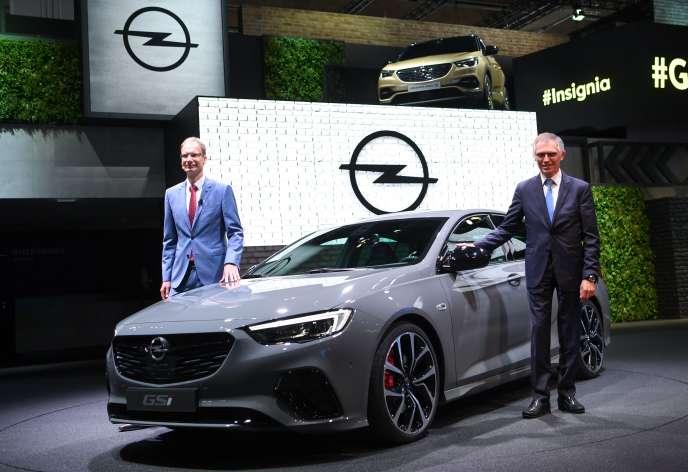 Le PDG de PSA, Carlos Tavares (à droite), et celui d'Opel, Michael Lohscheller, présentent l'Opel Insignia GSi lors du Salon automobile de Francfort, le 12 septembre.