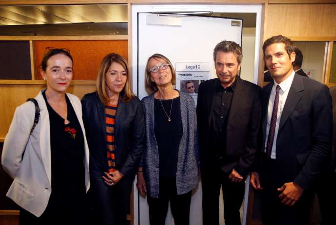 De gauche à droite : Delphine Ernotte (France Télévisions), Marie-Christine Saragosse (France Médias Monde), Francoise Nyssen (ministre de la culture), Jean-Michel Jarre (compositeur) etMathieu Gallet (Radio France), à Paris le 5 juillet, lors des célébrations du 30e anniversaire de Franceinfo.