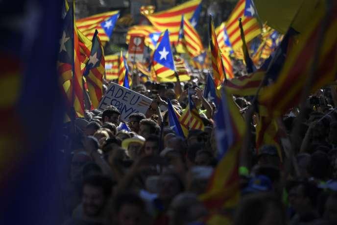 La foule brandit des drapeaux catalans à l'occasion de la Diada, la fête de la Catalogne, le 11 septembre à Barcelone.