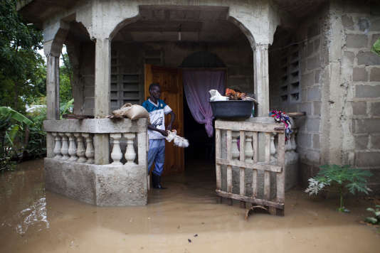 A Fort-Liberté (Haïti), un habitant dans sa maison inondée, le 8 septembre.