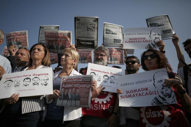 Manifestation de soutien aux collaborateurs du journal «Cumhuriyet», jugés pour «activités terroristes», à Silivri (Turquie), le 11 septembre.