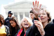 Edith Windsor salue la foule, après avoir avancé des arguments sur la loi dite «dedéfense du mariage» à la Cour suprême, à Washington en 2013.