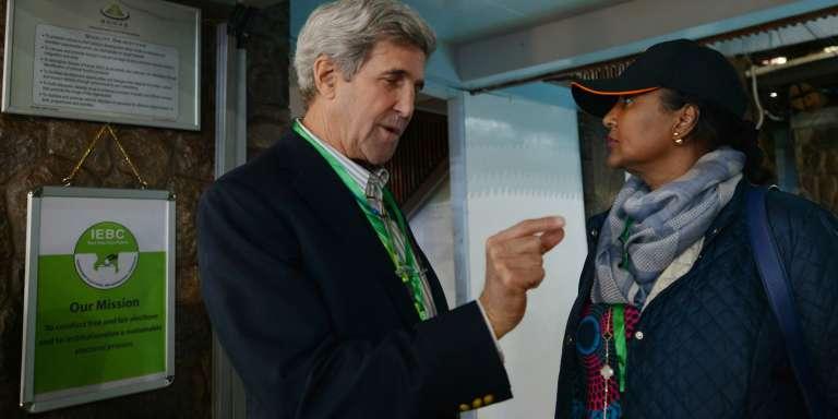 L'ancien secrétaire d'Etat américain, John Kerry, était observateur international de la présidentielle kényane pour le compte de la Fondation Carter. Avec Amina Mohamed, du ministère des affaires étrangères à Nairobi, le 9 août 2017.