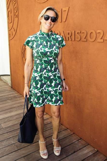 C'est enfin la consécration. Depuis la rentrée, Anne-Sophie Lapix présente la grand-messe du JT de 20 heures sur France 2 et le changement est radical. Il saute même aux yeux. De fait, qui peut imaginer David Pujadas arborant, dans les travées de Roland-Garros, une robe verte ornée d'un imprimé inspiré par le «boteh », le motif ornemental d'origine perse symbole d'amour et de romantisme? Certainement pas nous.