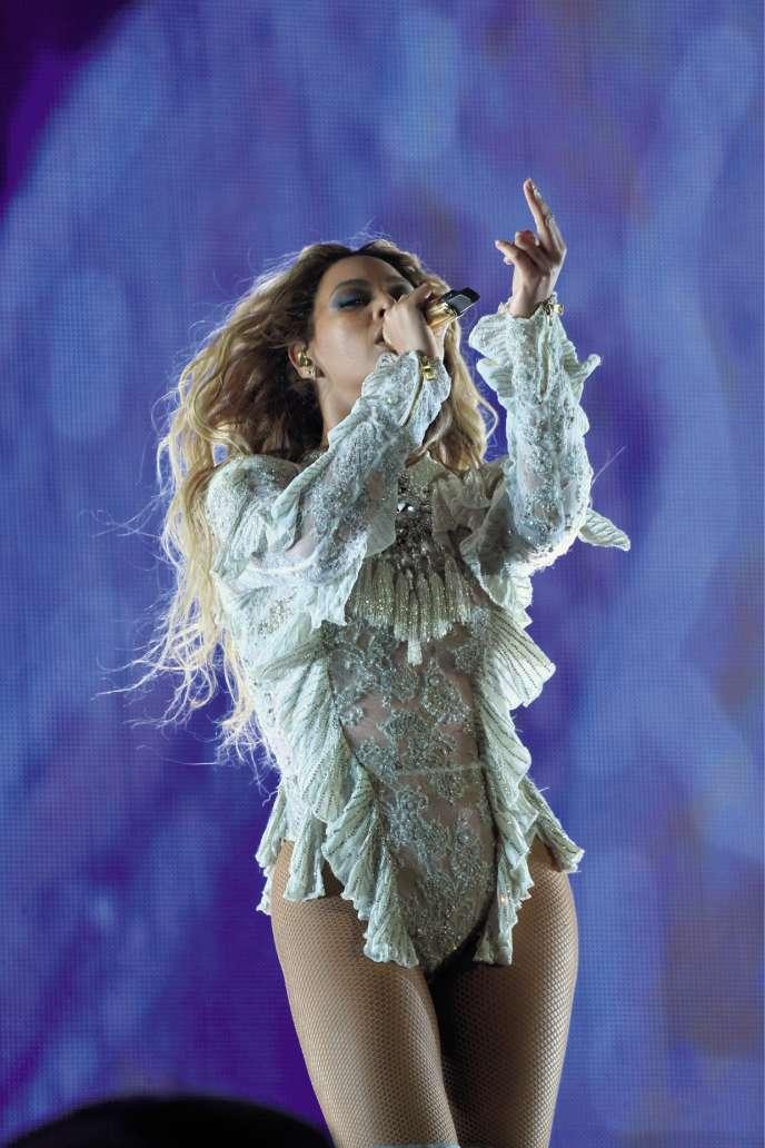 A chaque apparition scénique, la chanteuse change de rôle et bouscule les codes.