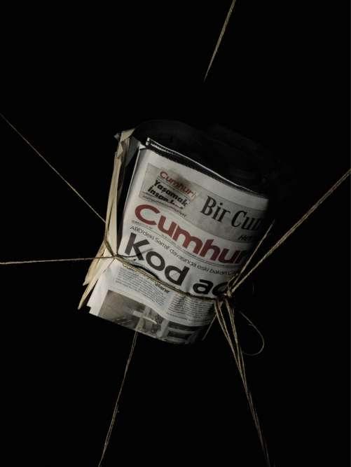 Istanbul, Turquie, 8 septembre 2017.On ne saurait être plus explicite. Invité à évoquer pour M les assauts des autorités turques contre la presse, le photo-reporter Furkan Temir a réalisé cette nature morte. Le 11 septembre a rouvert le procès contre des collaborateurs du quotidien turc d'opposition «Cumhuriyet», accusés de soutien à des groupes terroristes, tandis que le 19 septembre reprendra celui d'autres personnalités médiatiques, poursuivies, elles, pour complicité dans la tentative de coup d'Etat survenu le 15 juillet 2016. Dans les deux cas, les journalistes incriminés, parmi lesquels de grands noms de la presse turque, comme Nazli Ilicak, Ahmet Altan ou Kadri Gürsel, risquent de lourdes peines de prison. Depuis le putsch manqué, les médias sont dans le collimateur du régime de Recep Tayyip Erdogan. Selon le site P24, spécialisé dans la liberté de la presse, 170 journalistes sont actuellement emprisonnés en Turquie. Une répression qui vise aussi les étrangers : accusé d'appartenanceà une entreprise terroriste, le reporter français Loup Bureau est en détention depuis fin juillet.