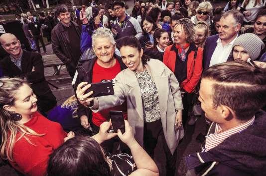 Souriante et spontanée, la leader travailliste convainc aussi par ses prises de position fortes en faveur des femmes.