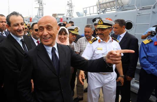 Le ministre de l'intérieur italien, Marco Minniti, et le ministre de la défense libyenMahdi Al-Barghathi, dans le port de Tripoli, le 15 mai 2017.