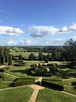 Les formes géométriques du jardin débouchent sur un paysage de campagne. La«frontière» est élégamment surlignée par une «vague» d'ifs taillés.