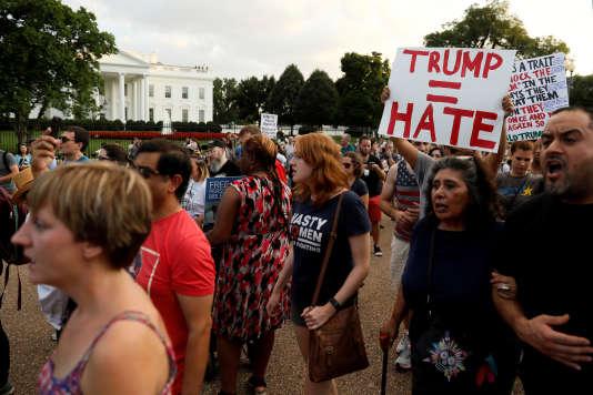 Manifestation devant la Maison Blanche pour protester contre les violences de Charlottesville, le 13 août 2017.