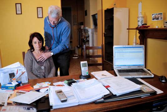 Un médecin examine une patiente à Godewaersvelde (Nord), en septembre 2012.