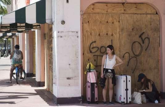 Des touristes se préparent à quitter leur lieu de vacances à l'approche de l'ouragan Irma, à Miami Beach en Floride, le 8 septembre.