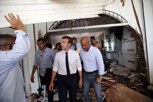 Le président Emmanuel Macron visite des habitations endommagées par l'ouragan Irma, sur l'île de Saint-Martin, le 12 septembre.