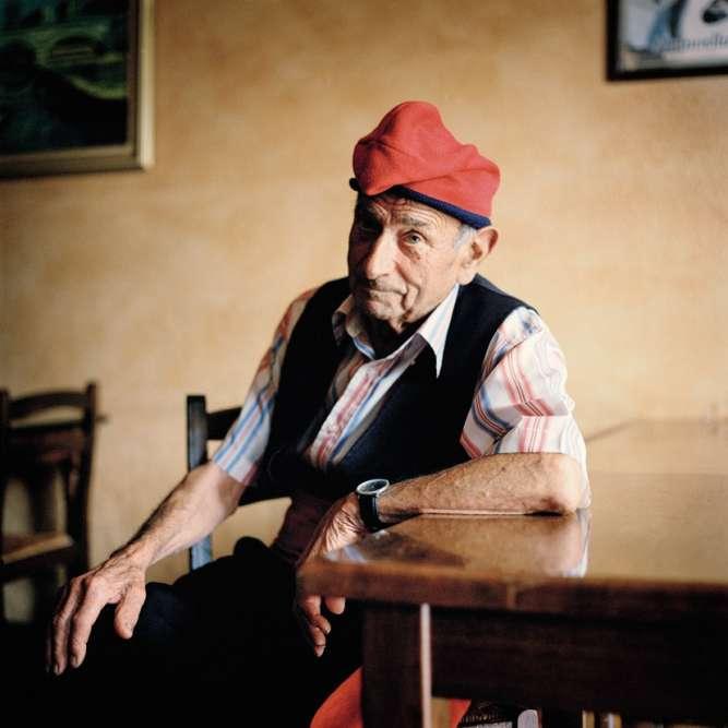 Tous les dimanches, Florenci Torrent, 84 ans, revêt la barretina, coiffe rouge traditionnelle qui appartenait à son grand-père.