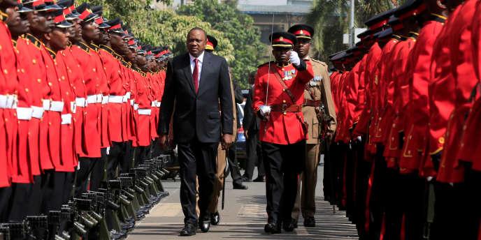 Le président du Kenya, Uhuru Kenyatta, inspecte la garde d'honneur avant l'ouverture du Parlement, le 12septembre 2017, à Nairobi.