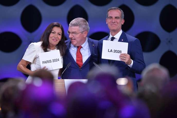«Les grands acteurs privés sont, au final, les principaux gagnants de ces méga-événements, en termes financiers comme en termes d'image» (Photo: Thomas Bach , le président du CIO, pose entre la maire de Paris Anne Hidalgo et le maire de Los Angeles, Eric Garcetti, à Lima (Pérou), le 13 septembre).