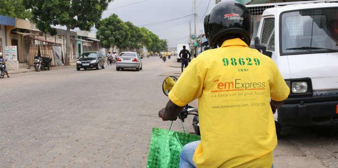 Dix chauffeurs de moto-taxi, les fameux « zémidjans», collaborent régulièrement avec la start-up ZemExpress pour compléter leurs revenus.