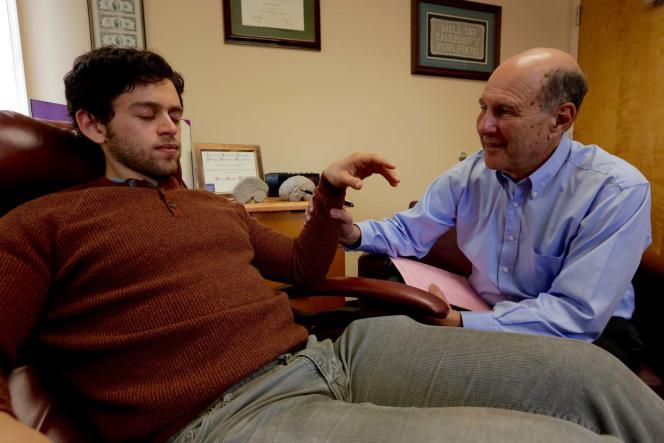 Le professeur David Spiegel, de l'université de Stanford, mesure la sensibilité à l'hypnose d'un volontaire.