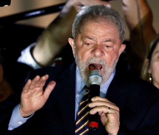 Luiz Inacio Lula da Silva s'est adressé à ses soutiens après son audience à Curitiba (Brésil) qui a duré plus de 2 heures, le mercredi 13 septembre.
