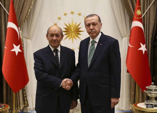 Le ministre des affaires étrangères Jean-Yves Le Drian et le président turc Recep Tayyip Erdogan, à Ankara le 14 septembre.