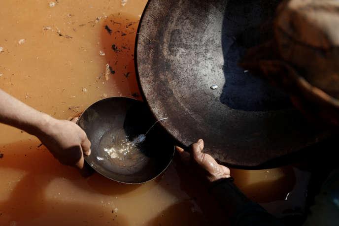 Des chercheurs d'or en forêt d'Amazonie, en août 2017.